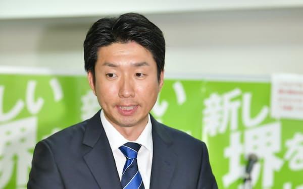 堺市長選で当選を決め、記者の質問に答える大阪維新の会の永藤英機氏(9日、堺市)