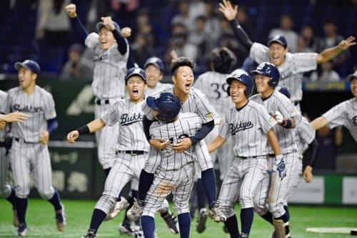 八戸学院大にサヨナラ勝ちし、喜ぶ仏教大ナイン(10日、東京ドーム)=共同
