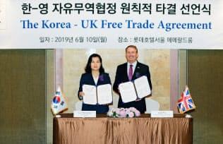 10日、韓国の兪明希・通商交渉本部長(左)と英国のリアム・フォックス国際貿易相が両国の貿易条件について協議した(ソウル)
