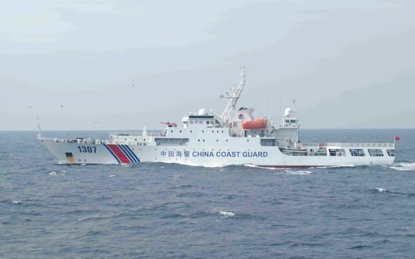 尖閣周辺の接続水域での航行を続ける中国公船(2018年10月撮影=海上保安庁)
