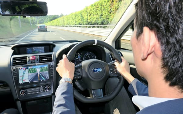 SUBARUの「アイサイト」は高速道路の単一車線でアクセル、ブレーキ、ハンドル操作を自動制御できる(茨城県城里町のテストコース)