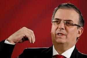 会見するメキシコのエブラルド外相(10日、メキシコシティ)=ロイター