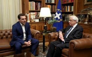 10日、議会の解散を求めてパブロプロス大統領(右)と会談するチプラス首相(アテネ)=ロイター