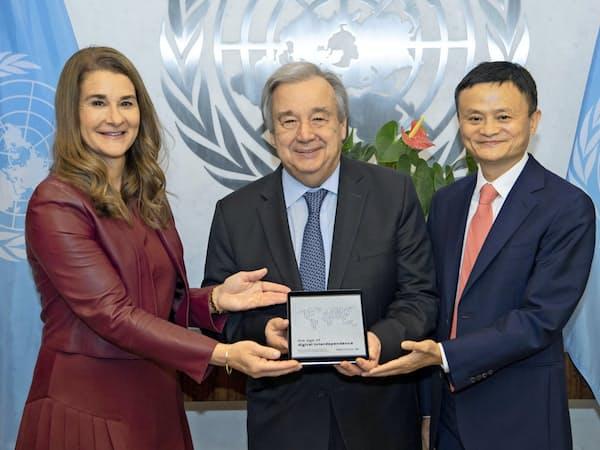 国連のグテレス氏(中央)に報告書を提出するメリンダ・ゲイツ氏(左)とマー氏(右)=国連提供