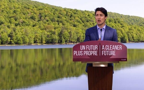 記者会見するトルドー首相(10日、ケベック州)=カナディアンプレス・AP