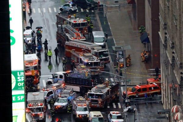 現場近くには多数の消防車やパトカーが出動し、一般車や歩行者の立ち入りは制限された=ロイター