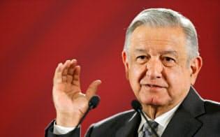 自ら報酬を削減したメキシコのロペスオブラドール大統領=ロイター