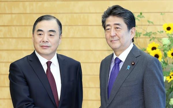 会談を前に握手する中国の孔鉉佑・新駐日大使と安倍首相(11日午前、首相官邸)