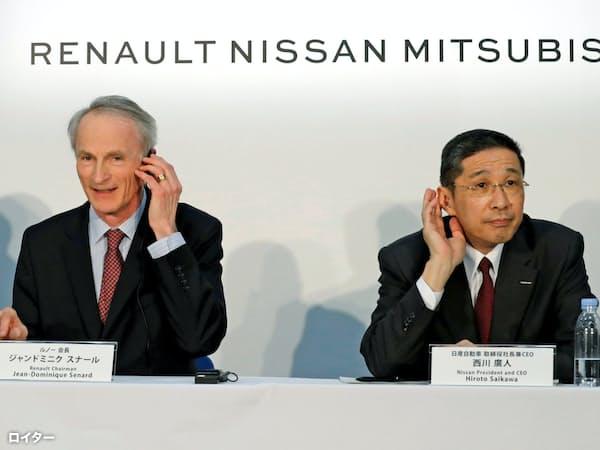 3月12日、横浜市の日産本社での記者会見にのぞむルノーのスナール会長(左)と日産自動車の西川社長=ロイター