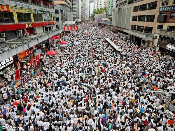 香港島の通りを埋め尽くした香港市民の100万人デモ(9日)=ロイター