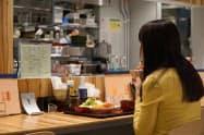 カウンター席では、厨房のようすを見ながら食事できる