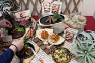 大豆由来で、本物の肉の見た目や食感に近いソーセージを発売する(11日、東京都千代田区の発表会で)