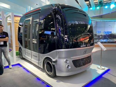 百度がパナソニックと協力して開発した自動運転バス(11日、上海)