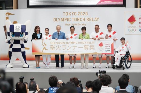 2020年東京五輪聖火リレーのルート概要などが発表され、公式アンバサダーの野村忠宏さん(右から5人目)らがランナー募集を呼び掛けた=6月1日、東京都港区