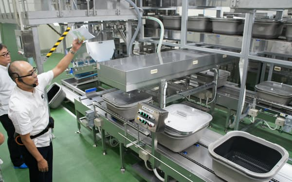 武蔵野沖縄の工場内部を報道陣に公開した(11日、浦添市)