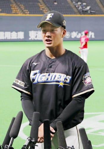 記者の質問に答える日本ハム・吉田輝(11日、札幌ドーム)=共同
