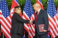 記念式典では米朝首脳が握手した中庭でプレートを披露するはずだった=写真は18年6月12日、シンガポール(ロイター=共同)