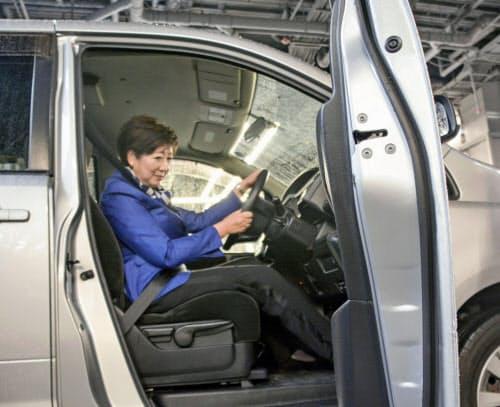 踏み間違い防止装置の付いた車の運転席に座る東京都の小池知事(10日、東京都江東区)=共同