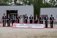 風力発電の電気で水素混合ガスを作る実証事業設備の開所式(11日、秋田県能代市)
