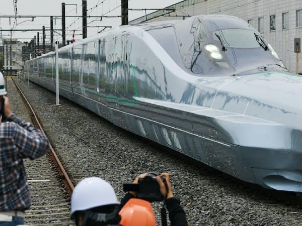 新型車両は北海道新幹線でも使用される(JR東日本の次世代新幹線「ALFA-X」の試験車両)