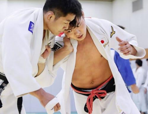 強化合宿で練習する阿部一二三=右(11日、横浜市)=共同