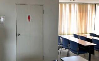 机のすぐ横にトイレがある東京福祉大の教室(東京都北区)=文部科学省提供