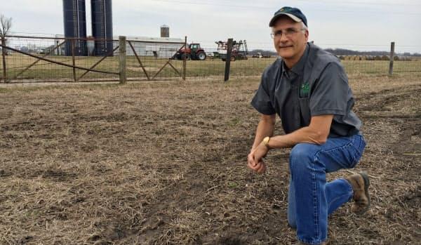土壌を調べる米イリノイ州の穀物生産者