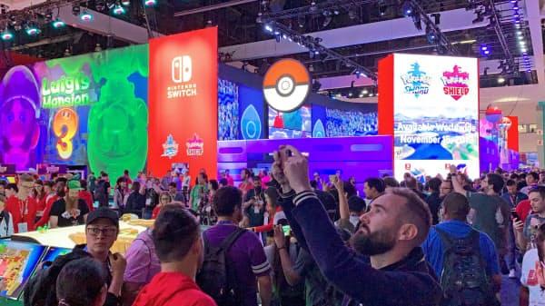 米ゲーム見本市「E3」で大勢の来場者が集まった任天堂のブース(11日、ロサンゼルス)=共同
