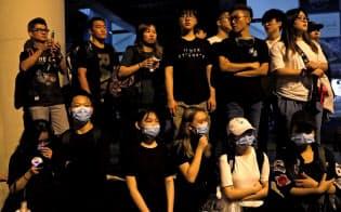 香港立法会の周辺には多くの若者が集まった(12日未明)=ロイター