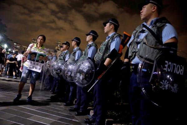 香港立法会の建物を警備する警察官(12日)=ロイター