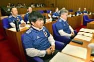 サッカー日本代表のユニホーム姿で、福島県楢葉町議会に臨む議員(12日午前)=共同
