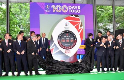 ラグビーワールドカップ日本大会の開幕まで100日となり、カウントダウンクロックを除幕する関係者(12日、東京都千代田区)