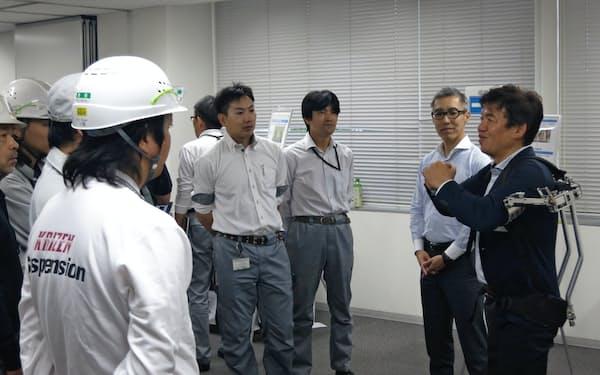 日産の技術者を前にアシストスーツを実演するスタートアップの担当者(横浜市)