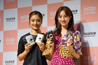 チェキの新製品発表会に出席したモデルの堀田茜さん(=写真右)と谷まりあさん
