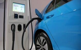 電気自動車や蓄電池など新エネルギー技術に不可欠な鉱物の需要が急増している=ロイター
