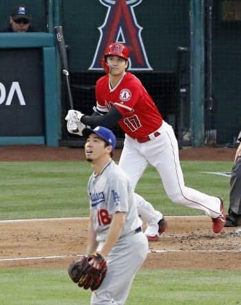 ドジャース戦の1回、右越えに7号本塁打を放つ米大リーグ、エンゼルスの大谷翔平。投手前田健太(11日、アナハイム)=共同