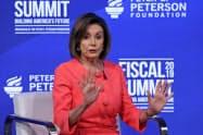 米民主党のペロシ下院議長はトランプ氏の弾劾に慎重姿勢を崩さない(11日、ワシントン)=ロイター