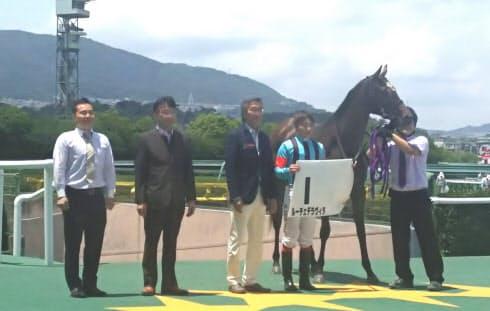 キズナ産駒のルーチェデラヴィタが新馬戦を勝ち、新種牡馬産駒の初勝利を飾った(9日、阪神競馬場)