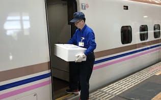 東京行きの上越新幹線に積まれる佐渡産の甘エビ(11日、新潟市)