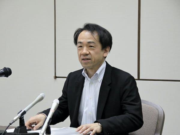 記者会見する日銀岡山支店の鈴木支店長(12日、岡山市)