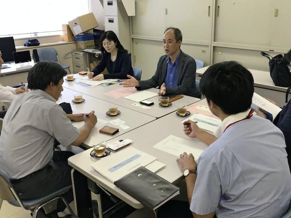 研究概要を説明する石山教授(右から3人目)ら(10日、福山市役所)
