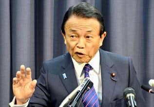 老後の金融資産は2000万円必要との試算を盛り込んだ金融審議会の報告書を、麻生金融相は「受け取らない」と表明した(6/11)