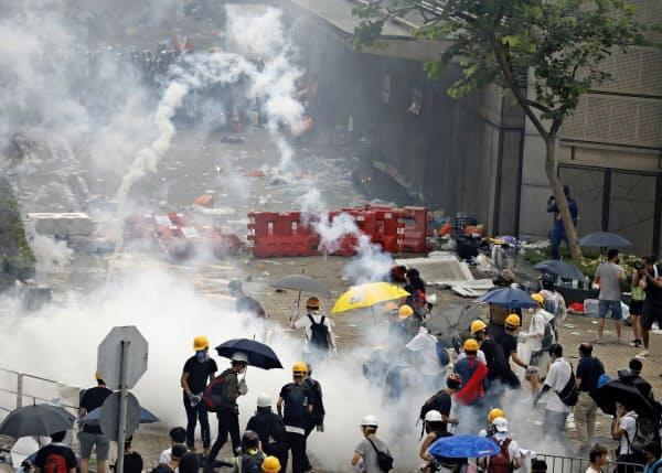 警察当局はデモ隊に催涙弾を発射した=AP