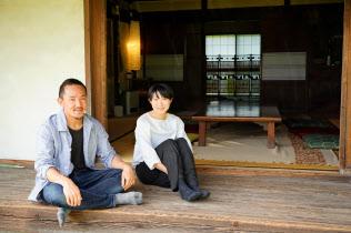 宮下さん(左)夫妻は古民家を借りて民泊施設を運営している