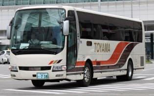 富山地方鉄道の高速バス事業は富山―名古屋線を中心に好調だ(富山駅前を出発するバス)