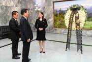 金正恩氏の名前の入った弔花を贈った金与正氏(右)(12日、板門店)=韓国統一省提供