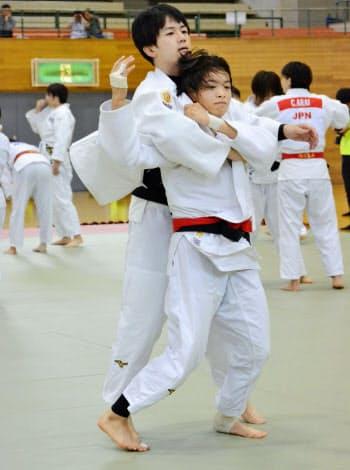柔道女子日本代表の強化合宿で練習する阿部詩=手前(12日、北海道旭川市)=共同