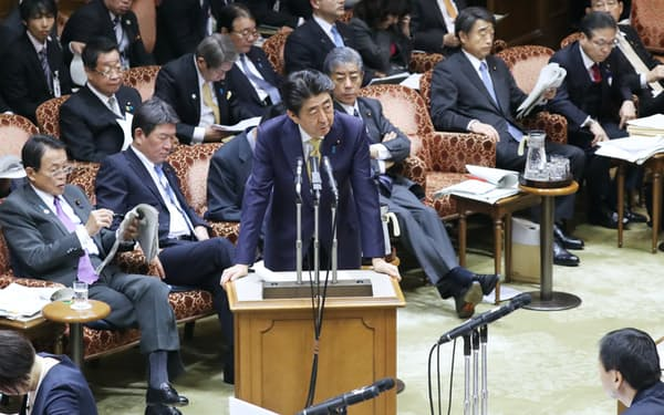 参院予算委で答弁する安倍首相(2月)