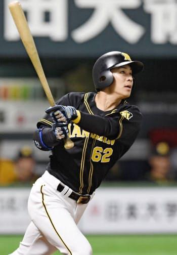 8回阪神1死二塁、植田が右越えに2ランを放つ(12日、ヤフオクドーム)=共同
