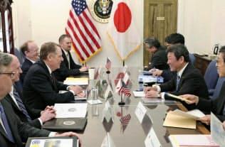 5月15日に会談した茂木経済再生相(右手前から2人目)とライトハイザー米通商代表(左手前から3人目)ら(ワシントン)=日本政府提供・共同